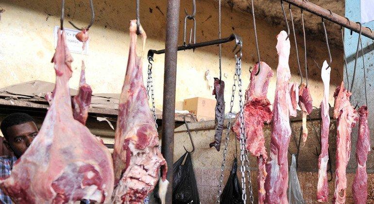Carne cruda a la venta en un mercado de Mogadishu, en Somalia.