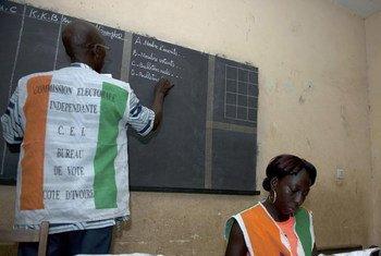 Le décompte des bulletins de vote dans un bureau de vote à Abidjan après l'élection présidentielle du 25 octobre 2015 en Côte d'Ivoire. (archive)
