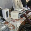 Un niño con discapacidad trabajando en una compañía de reparación de teléfonos móviles en Sri Lanka. Foto: OIT