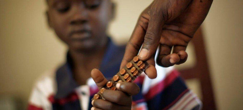 Criança recebe tratamento contra a tuberculose no Sudão do Sul, em iniciativa do Fundo Global