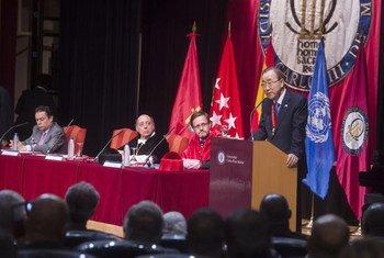 潘基文秘书长在马德里卡洛斯三世大学发表演讲。联合国/Amanda Voisard