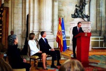 潘基文秘书长在西班牙首都马德里举行的庆祝西班牙加入联合国60周年仪式上发表讲话。联合国秘书长发言人办图片