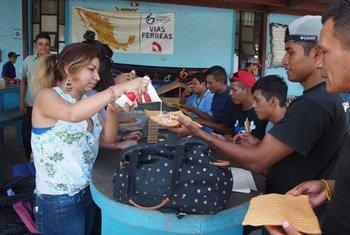 Мигранты из Мексики получают помощь на границам с США. Фото ИРИН