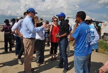 Au Soudan du Sud, le Directeur des opérations d'OCHA, John Ging (à gauche) visite le site de protection des civils à Malakal au Soudan du Sud. Photo OCHA/Guiomar Pau Sole