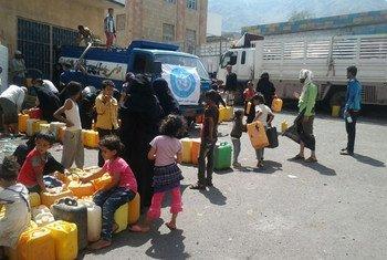 L'OMS continue de fournir de l'eau aux personnes dans la ville de Taëz, au Yémen. Photo : l'OMS au Yémen