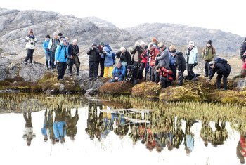 Des touristes dans un parc au Groenland. Photo PNUE/Peter Prokosch