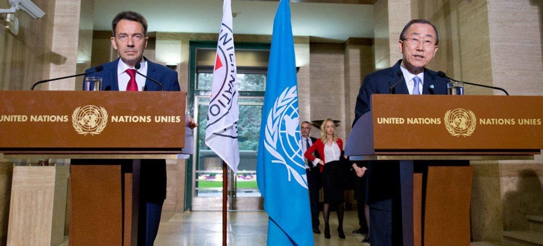 Пан Ги Мун и президент Международного  комитета Красного Креста Петер Маурер на  пресс-конференции  в Женеве. Фото ООН Жан-Марк Ферре