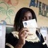Une femme ivoirienne montre la preuve de son vote à Abidjan, en octobre 2015 (archive)