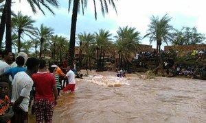 هطول أمطار غزيرة العام الماضي على جزيرة سوقطرة جراء إعصار تشابالا.  المصدر: اليونيسف في اليمن/أحمد تاني.