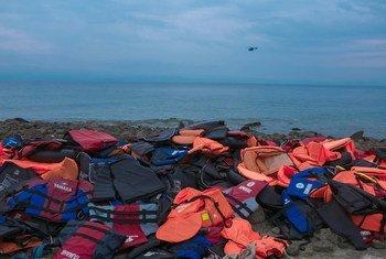Des gilets de sauvetage abandonnés par des réfugiés au bord de la mer, sur l'île de Lesbos, en Grèce. Photo UNICEF/Ashley Gilbertson VII