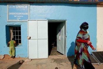 Телефон УВКБ, который позволяет беженцам в городе Эль-Аюн  в Западной Сахаре  поддерживать связь с родственниками. Фото ООН