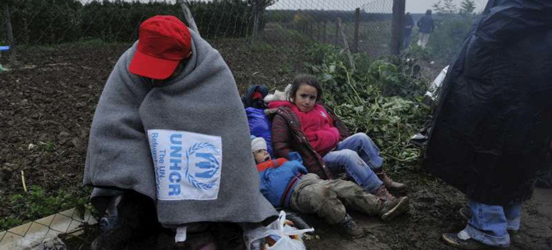 Un réfugié tente de se protéger contre le froid à la frontière entre la Serbie et la Croatie. Photo HCR/Mark Henley