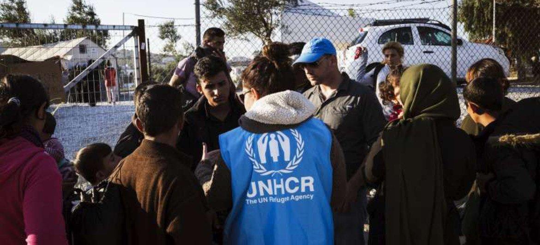Refugiados sirios en la isla de Lesbos, Grecia bajo la supervisión de miembros del ACNUR. Foto ACNUR/Achilleas Zavallis.