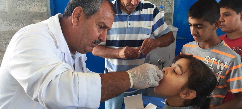 صورة أرشيفية لطفلة تتلقى جرعة من لقاح الكوليرا الفموي في مخيم للنازحين في محافظة أربيل، العراق. المصدر: اليونيسف/ وارفة مولد