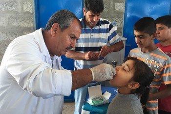 Девочка в Ираке получает прививку от   холеры. Фото ЮНИСЕФ
