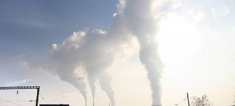 Emisión de gases contaminantes en la atmósfera.