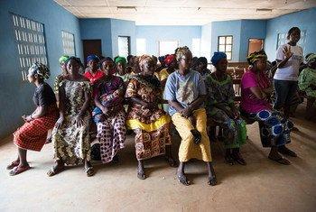 Группа сьерра-леонцев  проходит обучение по борьбе с Эболой. Фото Миссии ООН в Сьерра-Леоне/Мартин Перрет