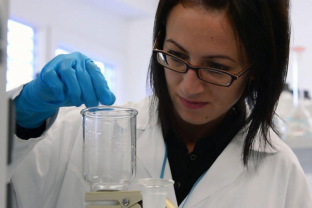 一位研究人员正在国际原子能机构位于奥地利塞伯斯多夫的一个实验室工作。