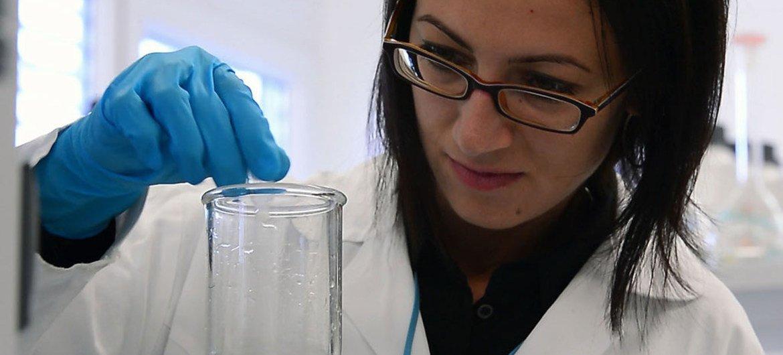 Investigación científica en los laboratorios del Organismo Internacional de la Energía Atómica en Viena. Foto: OIEA/Dean Calma