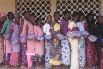 En Guinée, des écolières font la queue pour prendre leur repas scolaires (archive)