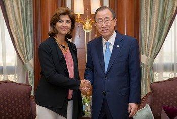 La canciller colombiana, María Ángela Holguín, saluda al Secretario General de la ONU, Ban Ki-moon. Foto de archivo: ONU/Rick Bajornas
