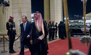 Le Secrétaire général Ban Ki-moon (à gauche) arrive pour l'ouverture du Sommet entre pays arabes et d'Amérique latine à Ryad, en Arabie saoudite. Photo ONU/ Rick Bajornas
