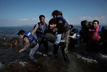 Des demandeurs d'asile originaires de Syrie, y compris des enfants, arrivent sur les rives de l'île de Lesbos, dans le nord de la Mer Egée, en Grèce.