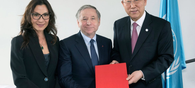 Le Secrétaire général Ban Ki-moon avec Jean Todt (au centre), nommé Envoyé spécial pour la sécurité routière, et son épouse Michelle Yeoh. Photo ONU/Mark Garten, 29 avril 2015
