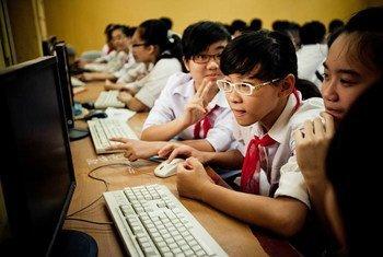 Des enfants utilisant l'Internet au Viet Nam. Photo ONU Viet Nam/Aidan Dockery