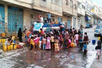 Des habitants de Taëz, au Yémen, lors d'une distribution d'eau. Photo OMS Yémen
