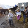 在叙利亚北部居住在临时帐篷里的叙利亚儿童  图片:Jodi Hilton/IRIN