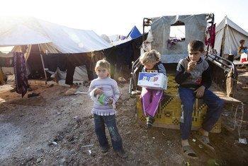 Дети в лагере  для перемещенных лиц  на севере  Сирии возле границы с Турцией.  Фото ИРИН/Джоди Хилтон
