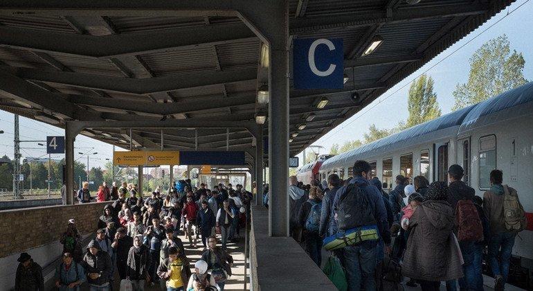 Migrantes y refugiados de diferentes países llegan en un tren a Alemania.