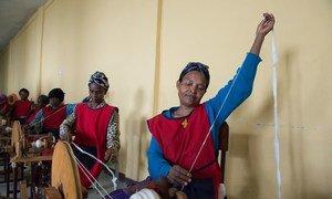 A Addis-Abeba, en Ethiopie, des femmes apprennent un métier. Photo ONU/Eskinder Debebe