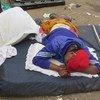 Des résidents d'un bidonville à Lagos, au Nigéria, dorment dans la rue après avoir été expulsés en septembre 2015.