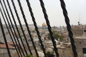A mesquita Al-Aqsa vista de uma casa na parte antiga de Jerusalém