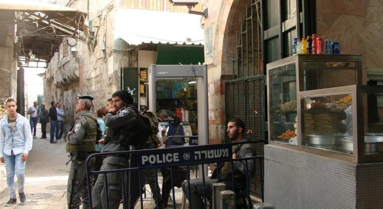 من الأرشيف: القوات الإسرائيلية وجهاز الكشف عن المعادن الذي وضع حديثا على زاوية شارع الواد في البلدة القديمة بالقدس.