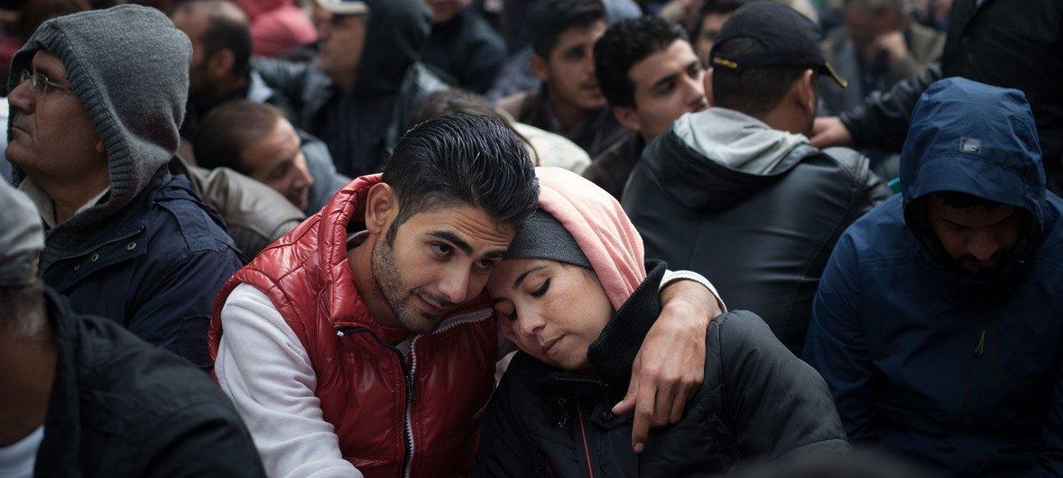 Migrantes esperam na fila para se registrarem em Berlim, na Alemanha