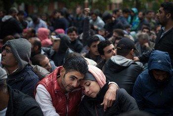 A Berlin, un couple parmi des migrants attendant d'être enregistrés comme demandeurs d'asile (archive)
