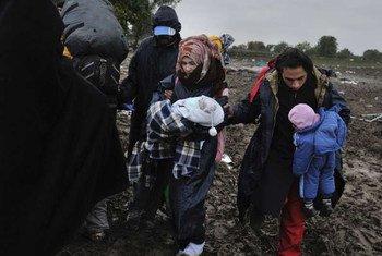 Un réfugié syrien Mohamed, sa femmes Fatima et leurs deux bébés attendent en Serbie d'entrer en Croatie. Photo HCR/Mark Henley