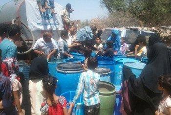 Des habitants de la ville de Taëz qui manque d'eau potable. Photo OMS Yémen