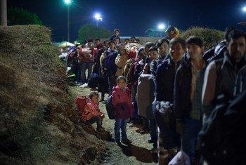 2015年11月的一个夜晚,来自阿富汗、伊拉克和叙利亚的难民和移民正在克罗地亚和塞尔维亚边境排队等候登记。儿基会图片/Ashley Gilbertson VII