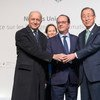 Le Secrétaire général de l'ONU, Ban Ki-moon (à droite),avec le Président français, François Hollande, et le Ministre français des affaires étrangères, Laurent Fabius,à la COP21 à Paris, le 30 novembre 2015. Photo ONU/Rick Bajornas