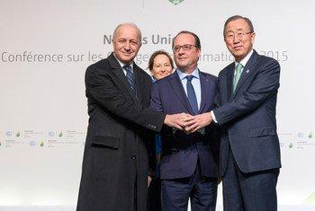 潘基文秘书长与法国总统奥朗德和外长法比尤斯。联合国图片/Rick Bajornas