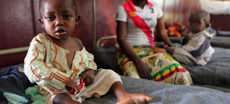 Un niño con problemas de desnutrición es atendido en un hospital pediátrico en Bangui, la capital de la República Centroafricano. Foto: UNICEF/Pierre Terdjman