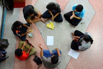 Группа   в Таиланде проходит курс по  ВИЧ/СПИДу. Фото  ЮНИСЕФ