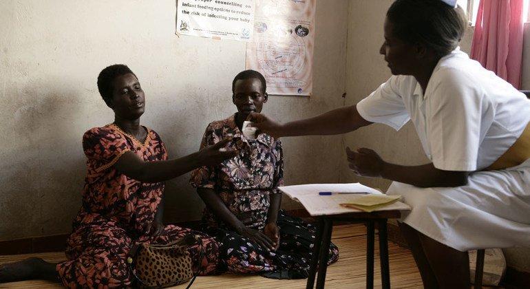 Dos portadoras del VIH en Uganda reciben medicamentos antirretrovirales. Foto: UNICEF/Shehzad Noorani