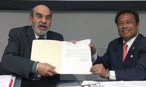 FAO Director-General José Graziano da Silva (left) meeting with President of Palau Tommy Remengesau to mark Palau becoming party to the Port State Measures Agreement.