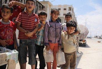 Дети несут канистры с водой в Алеппо. Фото ЮНИСЕФ