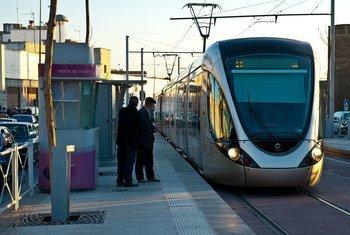 在摩洛哥,人们在等待乘坐有轨电车。图片提供:世界银行/Arne Hoel